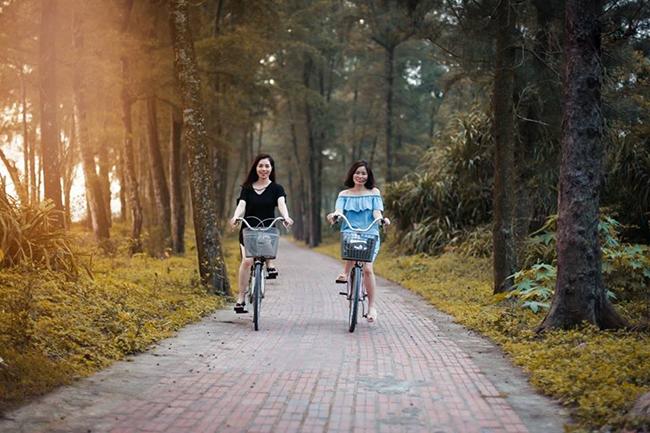 Đi xe đạp trên con đường tình yêu ở Cô Tô