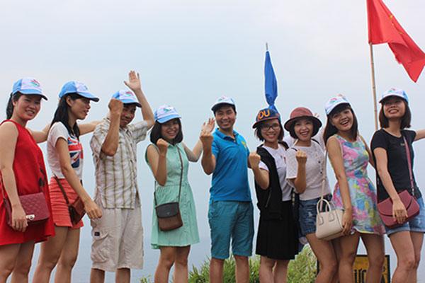 Đoàn khách tham quan Cô Tô