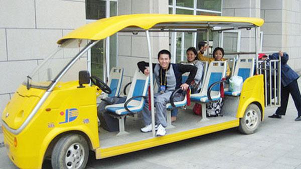 Xe điện đưa đón trên đảo